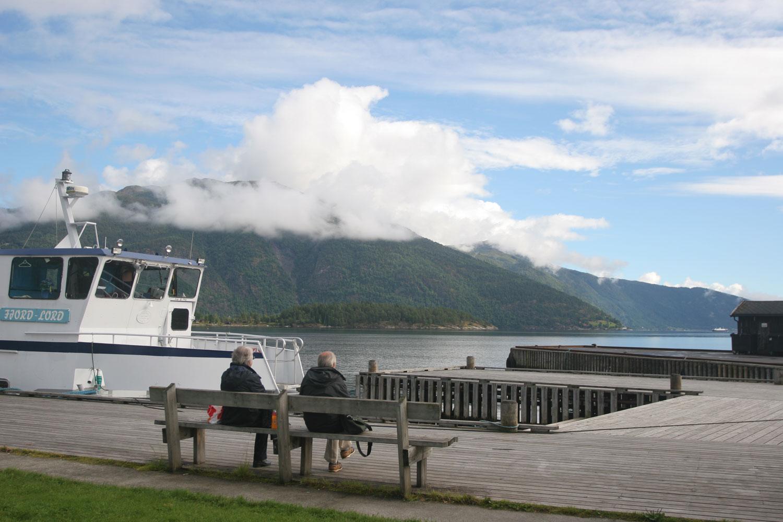 Couple en pause déjeuner face au Sognefjord (Norvège)