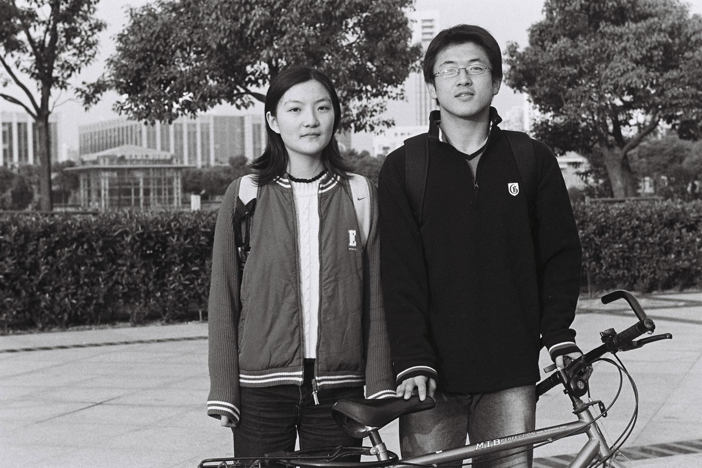 Jeune couple de cyclistes à Pudong