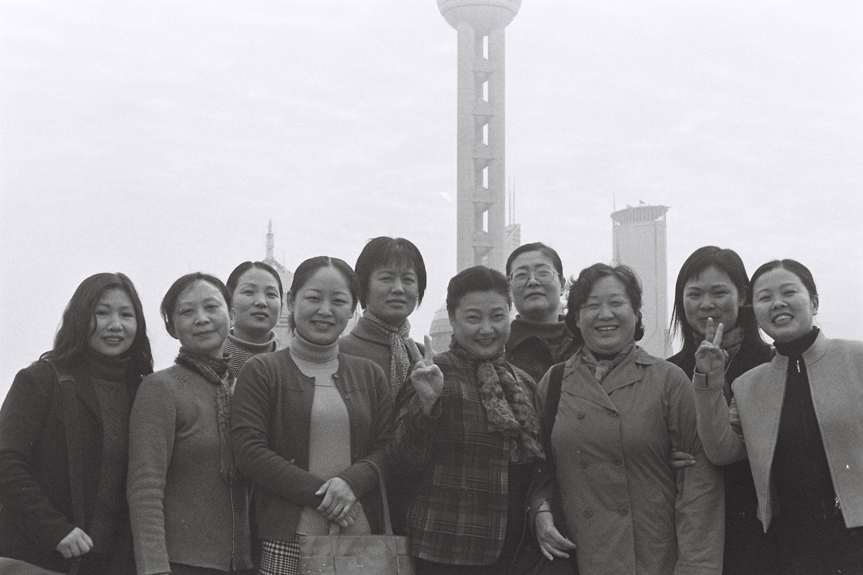 Groupe de femmes posant devant la Perle de l'Orient