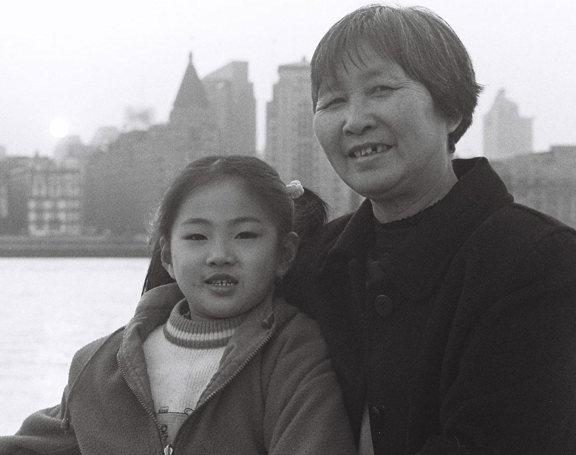 Grand-mère et sa petite-fille devant le Bund