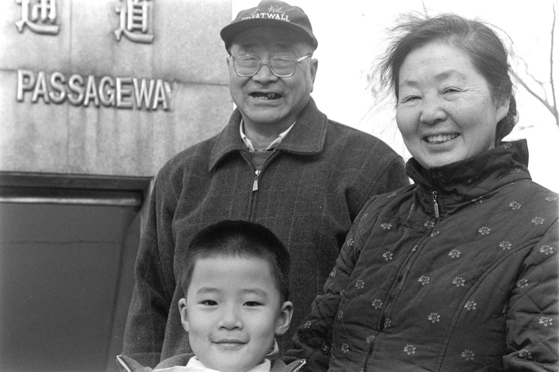Famille devant une bouche de métro