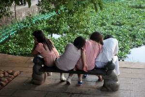 Jeunes sur un banc face au lac Émeraude, Kunming (Chine)
