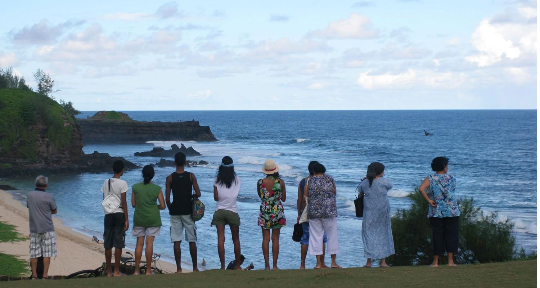Groupe posté face à la plage du Gris-Gris (Île Maurice)