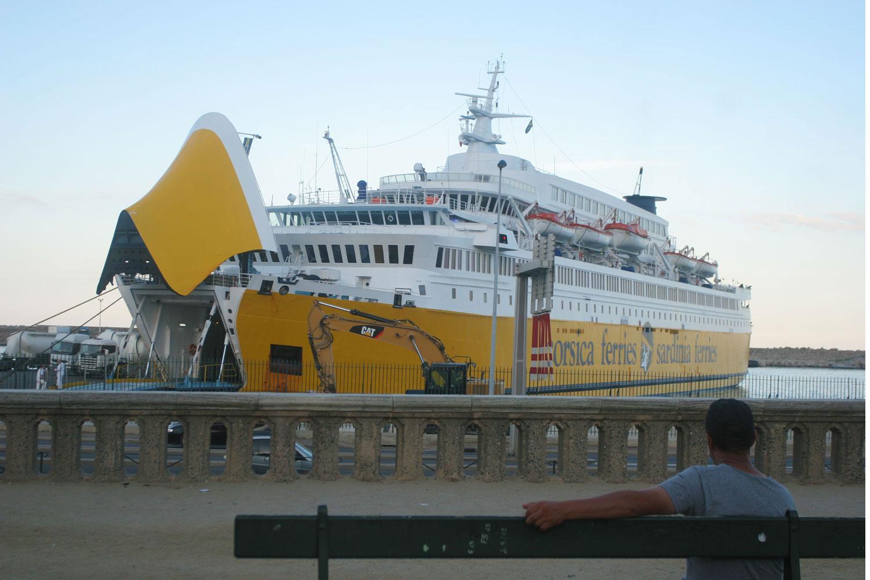 Passant observant le départ d'un ferry, Bastia