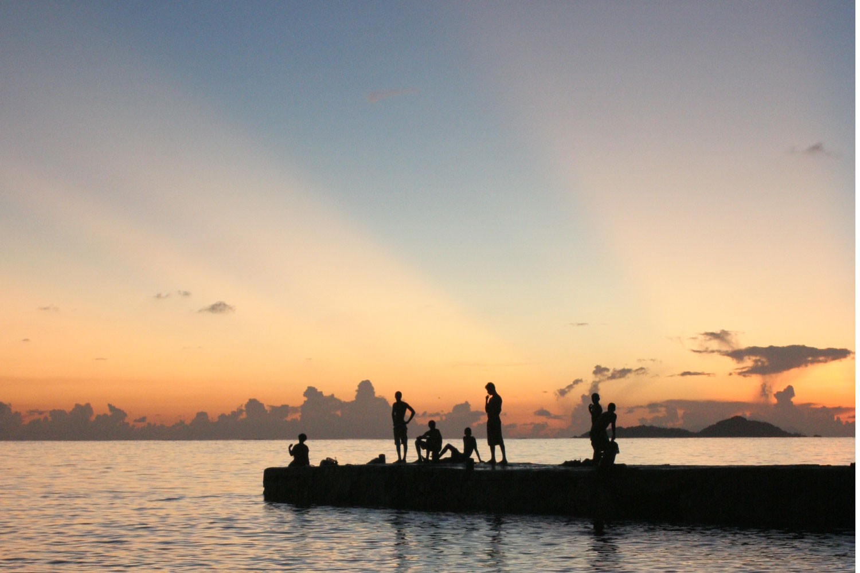 Jeunes sur le ponton de Grand'Anse, Praslin