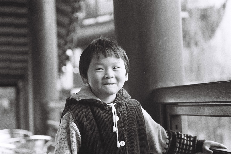 Jeune Shanghaien sur la terrasse d'un temple bouddhiste