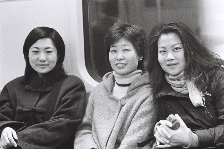 La conservatrice Xing Xiaozhou (à gauche), la peintre Qian Qian (à droite) et une amie commune dans le métro