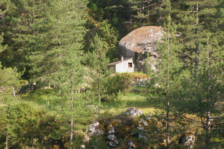 Maison de berger accolée à un rocher, vallée de la Restonica