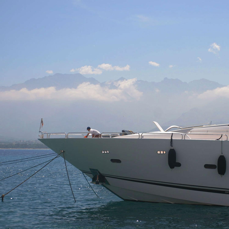 Yacht amarré au port de Calvi, Monte Grosso à l'horizon